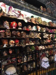 お店入ってすぐ、中央にはたくさんのマスク